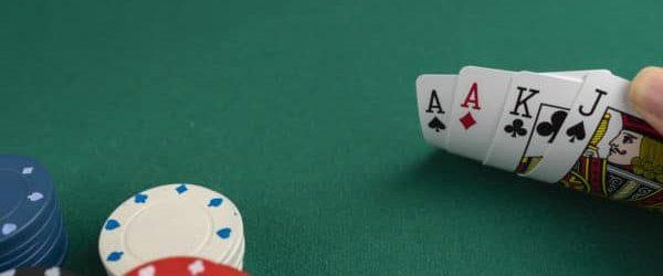 Какви видове покер игри с варианти на залагания са налични?